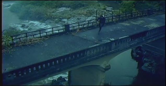 「モスリン橋の、袂に潜む」